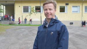 Fredrik Forsström utanför Kyrkfjärdens skola i Ingå.