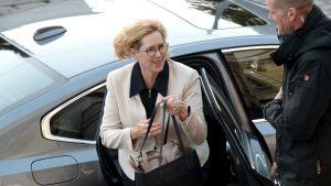 Arbetsminister Tuula Haatainen (SDP) på väg till Ständerhuset