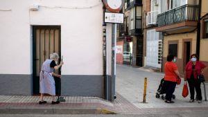 Kvinna sopar en gatan i Fuenlabrada i Madridregionen 22.9.2020