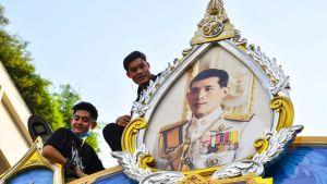 I onsdagens regimkritiska protesttåg fick kungens porträtt också vara med, men det förekom också mindre sammandrabbningar mellan regeringskritiska demonstranter och demonstranter som försvarar kungahuset.