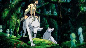 Prinsessa Mononoke istuu suden selässä metsässä. Maassa nököttää pikkuisia kodama-henkiolentoja.