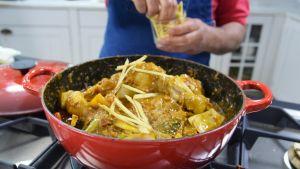 En kycklinggryta på spisen i ett kök