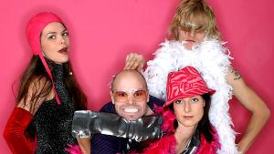 Fork i showkläder mot pink bakgrund.