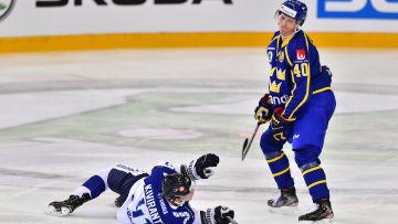 Elias Pettersson i duell med Joel Kiviranta.