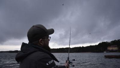 Fler kvinnor nappar pa fiske