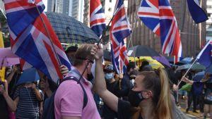 Demonstranter i Hongkong bär brittiska flaggor