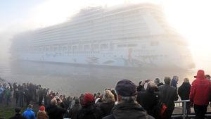 Kryssningsfartyg flyttades från Meyer-Werfts varv i Tyskland till Nordsjön