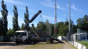 De gamla ståläktarna forslas bort från Sandvikens fotbollsstadion i Vasa.