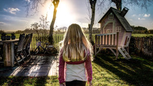 Flicka på gård