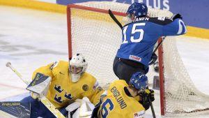 Mikko Rantanen framför den svenska målburen.