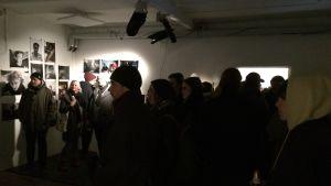 Vernissagepublik på utställningen Dysterbotten på Myymälä2 i Helsingfors