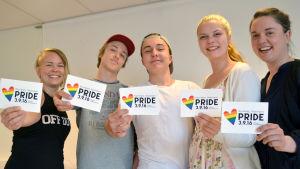 Malin Valtonen, Isak Slöör, Emil Thuesen, Isabelle Hyytiäinen och Fredrika Åkerö håller i kort där det står Raseborg Pride.