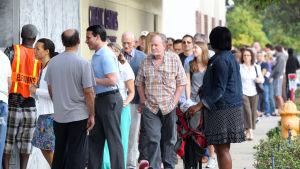 Människor köar utanför en vallokal i Miami i Florida. Kön sträcker sig flera hundra meter.