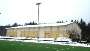 Aurorahallen i Borgå med det gröna konstgräset framför hallen som kontrast till den vita snön.