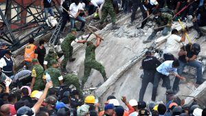 Räddningsarbetare, soldater, poliser och frivilliga letar efter överlevande i ett kollapsat hus i Mexico City.