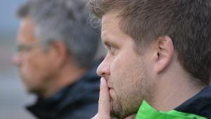Niko Kalliokoski funderar, i bakgrunden Antti Ylimäki.