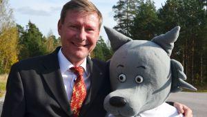 Kommundirektör Mikael Grannas och Sibbovargen Sibbe.