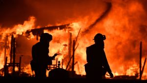 Brandmän i arbete vid ett brinnande hus i Napa, Kalifornien.