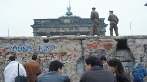Ihmisiä Berliinin muurin juurella vuoden 1990 alussa