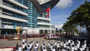 Polisen i Hongkong marscherar och nationalsången spelas under 20-årsjubileet för överlåtelsen av Hongkong till Kina 1.7.2017.