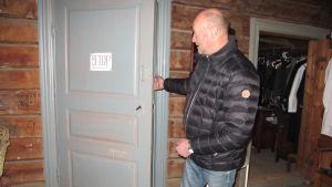 Bengt Lybäck vid dörren som öppnas av sig själv.