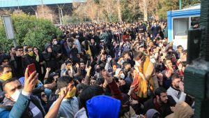 Demonstranter vid universitetet i Iran.