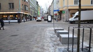 Bilar på Stora Robertsgatan i Helsingfors.