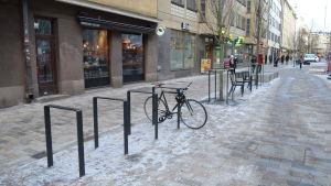 Cykel och cykelställ på Stora Robertsgatan.