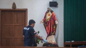 Svärdmannen skadade fyra personer, biblar och statyer innan han själv skottskadades och övermannades
