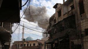 Ett rökmåln i Hamouria, östra Ghouta, efter en flygräd på onsdagen 21.2.2018