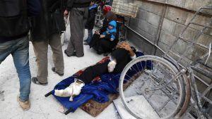 En skadad man som evakueras från Arbin  i östra Ghouta.