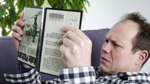 toimittaja Jukka Kuosmanen lukee Kalle Päätalon kirjaa YHyvästi, Iijoki