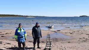 Tauno Räsänen och Jorma Luttinen har just lagt nät utanför Fyra vindarnas hus.