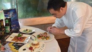 Köksmästaren Felly Chung ansvarar för samtliga fem restauranger på hotellet som han arbetar för. Nu tillredde han för första gången finska rätter.