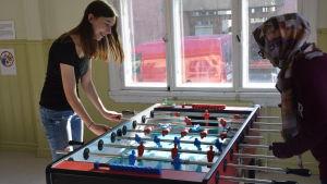två kvinnor spelar flipper