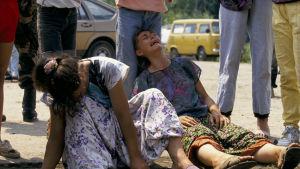 Kvinnor och barn som lyckats fly massakern i Srebrenica.