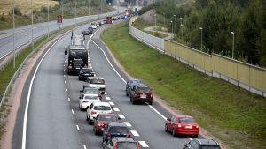 Bilar köar på motorvägen Åbo-Helsingfors då Karnaistunneln är avstängd.