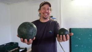 Anders håller fram två vattenmeloner, en liten som en grape och en som är stor som en handboll.