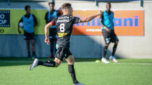 Sebastian Strandvall firar mål.