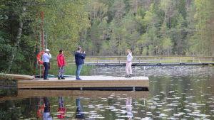 Besökare i Noux nationalpark på en brygga vid en sjö