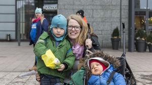 Johanna Welander lastensa kanssa lastentarhanopettajien palkkoihin liittyvässä mielenosoituksessa Helsingin Narinkkatorilla.