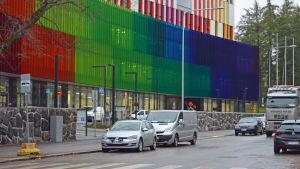 Nya barnsjukhuset i Helsingfors. Fasaden skiftar i rött grönt och blått.