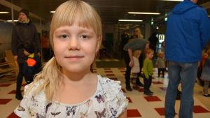 Tyra Lindroos är 7 år och brukar titta på Buu-klubben.