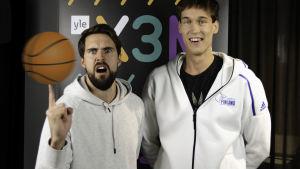 Mikael Jantunen och Oliver Kivi framför en X3M plansch