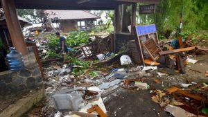 Staden Carita i Indonesien efter tsunamin. På bilden ligger det en massa skräp, plankor och stolar omkring som vattnet vräkt med sig.