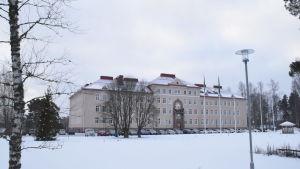En bild på ett hus i vinterlandskap.