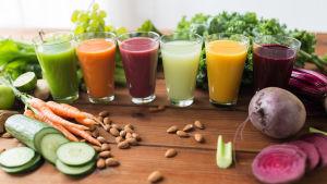 Flera glas grönsaksjuice på rad