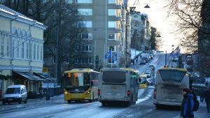Flera bussar kör längs Auragatan i Åbo.
