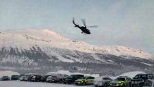 Helikopter lyfter med räddningsmanskap ombord, på väg upp till Blåbærfjellet.