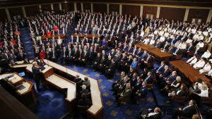 Representanthusets plenisal med ledamöterna som lyssnar till Donald Trump i talarstolen.